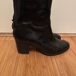 Fine støvler med hæl  Brugt men i pæn stand  Nypris omkring 1800 - sælges for 300 pp