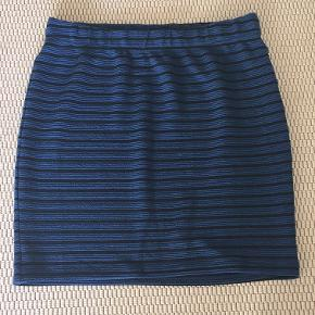 Flot nederdel fra Junarose i blå med sorte striber. Str. 46/48 (UK 18/20). Sælges kun pga. vægttab. Kun brugt en håndfuld gange, så den er så godt som ny. Nypris: 280 kr.   BYD (pris skal være inkl. fragt)
