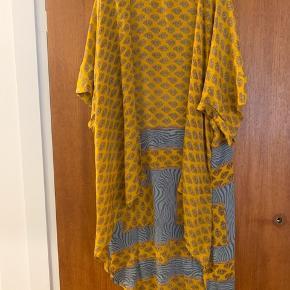 Sissel Edelbo Anden overdel, God, men brugt. Østerbro - Super smuk Silke kimono fra Sisse eddelbo I one size. Sissel Edelbo Anden overdel, Østerbro. God, men brugt, Brugt en periode og har derfor mindre tegn på brug