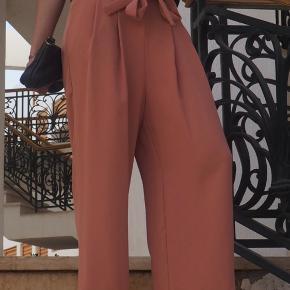 Virkelig fine nude/svag rosa sommerbukser fra Zara. Passer str. S/36. Brugt få gange og fremstår som nye.  Ikke-ryger og ingen husdyr.  Kan hentes i Odense - byd meget gerne!
