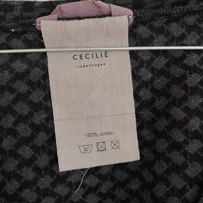Rigtig fin bluse fra Cecilie Copenhagen. Brugt meget få gange.    Se også mine andre annoncer fra By Malene Birger, Ganni, Han Kjøbenhavn, Samsøe Samsøe og Magasin.