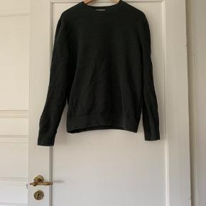 Fed COS trøje. Brugt meget få gange - fremstår som ny. Prisen er uden forsendelse.