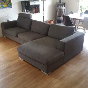 Sofaen er ca. 5 år gammel og købt i idé møbler. Slidt men ingen huller.