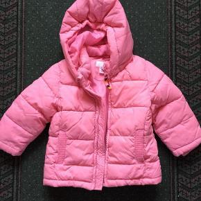 Varetype: UDSALG H&M rosa dynejakke med hætte str 98 2-3 år Farve: rosa  H&M rosa dynejakke med hætte str 98 2-3 år. Bytter ikke