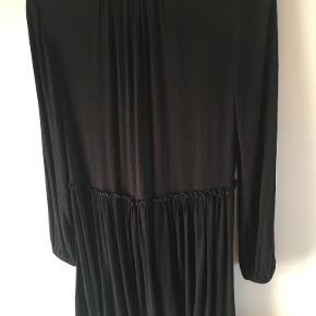 Smart kjole i flot snit med detalje i livet og bindebånd foroven - se foto. Bytter ikke. Portoen er 37 kr. som køber betaler. Betaling via mobilepay os sender med DAO. Hvis TS-handel ønskes betaler køber gebyr. (10)