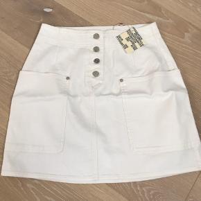 Str 38  Overvejer at sælge min fine nederdel, hvis prisen bydes.