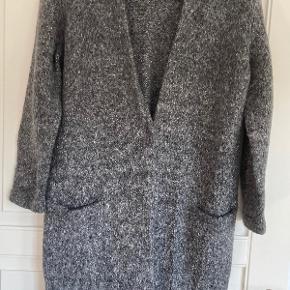 Materiale: Der er ikke noget vaskemærke i - men er sikker på at det er uld muligvis med lidt akryl i