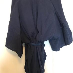 Varetype: Kimono Størrelse: S Farve: Blå Oprindelig købspris: 1200 kr.  Flot mørkeblå kimono fra Custommade med volumiøse ærmer og bindebånd. Passer også en medium