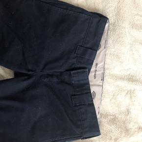dickies slim straight mørke blå str: 29/30 der er hul i lommen, men det er ikke noget man kan se;)