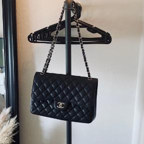 Jeg overvejer at sælge min smukke Chanel Jumbo double flap bag i caviar læder. Den fejler intet - andet end brugstegn man ikke kan undgå. Der medfølger alt det på billedet: Chanel pose, æske, dustbag, authenticity card, certificate of authenticity fra entrupy, og de to små Chanel 'bøger'. Derudover følger der kvittering med fra laulayluxury, som har livslang ægtehedsgaranti på sine varer. Jeg sælger kun for min. 32.000! Serienummeret er også helt intakt.