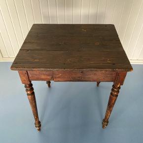 Smukt gammelt fransk bord. Kan bruges til lille spisebord/cafébord i køkkenet eller lille skrivebord f.eks. i børneværelset.  H 74 cm  B 70 cm  D 60 cm    Prisen er fast