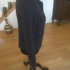 Super fin cardigan/ blazer/ jakke fra Gustav i lækkert materiale med uld og gennemforet med lyseblåt tyndt polyester foer