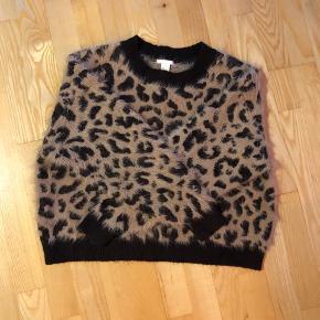 Sælger denne lækre bløde leopard sweater fra H&M. Den er aldrig blevet brugt, da jeg ikke synes den sidder som ønsket. Afhentes 8000 Aarhus C  Eller sendes med Dao for 38kr.