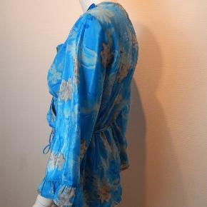 SISSEL EDELBO Hibiscus slå-om bluse str  M/L, blå/grå NY med etiket