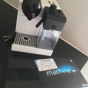 Brand: Nespresso Varetype: Kaffemaskine Størrelse: Alm Farve: HVID Oprindelig købspris: 1800 kr.  Super fin maskine i rigtig fin stand. Lidt over 2 år men i rigtig fin stand, og ikke brugt særligt meget. Mælkeskummeren er som ny. Nypris 1800,-