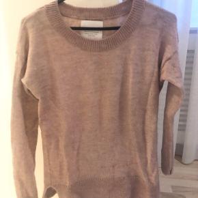 Så flot finstrikket trøje i sart Rosa farve. Uld/mohair blanding. Kun håndvasket