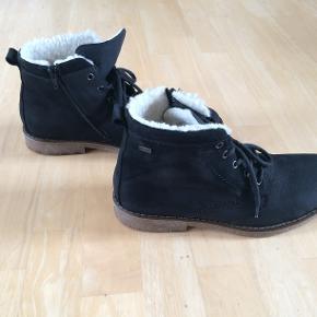 Skind Rieker vinterstøvle med RiekerTex membran og lynlås på indersiden. Foret. Brugt få gange.