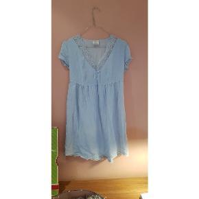 Fin ældre natkjole med blonder i skøn kvalitet.