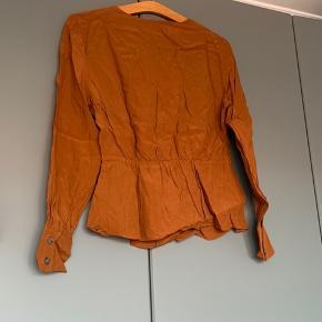 Fin bluse fra &Other stories. Kun brugt én gang. Lille i størrelsen. Jeg er normalt størrelse 36-38 og passer denne fint med en bluse under.