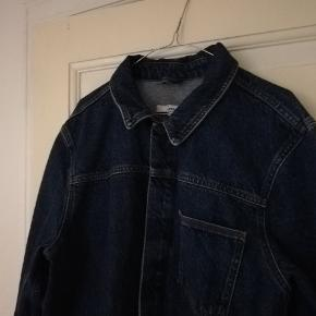 Fin denimjakke med en lomme og knapper. Str XL men passer også medium/large hvis man godt kan lide et mere løst look.