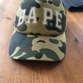 Sælger denne BAPE cap. Den er vildt gammel, men brugt meget lidt. Cappen er i god stand og sidder rigtigt godt. Snup den for 800kr.  Hvis du er interesseret så skriv da til mig på tlf: 25 77 78 75. Så finder vi ud af noget.