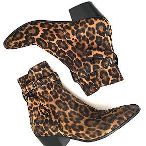 Saint Laurent West 45 Buckl ankel støvle i ruskind med leopard tryk, brugt få gange, eneste tegn på brug er på ydersål, Kommer med box og skopose. Nypris var EU 795.