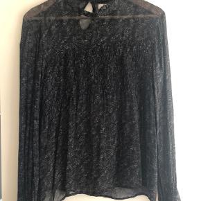 Flot langærmet gennemsigtig bluse, brugt max 2 gange.