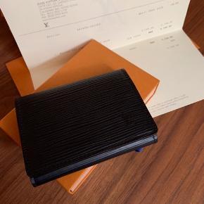 Kortholder/Visitkortholder fra Louis Vuitton. Næsten ikke brugt, derfor ingen skader! Kvittering, pose og æske medfølger.  Dustbag mangler. Nypris: 2.200 kr. - Købt i Hongkong Evt. Bud modtages.