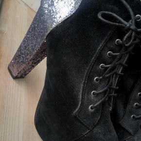 Superfede støvletter med glitterhæl fra mærket Truffle.  Hælhøjde = 10.5 cm  Brugt én enkelt aften, men der ses lidt slid under og har ellers bare stået længe uden brug ✨