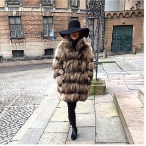 Normal pris 2500 Ægte pels,  vaskebjørn ,  det er en str. 40 Bruger selv normalt 36-38 så str. Er lidt oversize