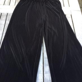 Plisserede Bukser med vidde og elastik i taljen, str. M. God stand, dog lidt trådudtræk, se billedet.