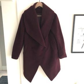Dejlig jakke i den smukkeste bordeaux farve 😍 Perfekt til årstiden og vejret netop nu og de næste par måneder.