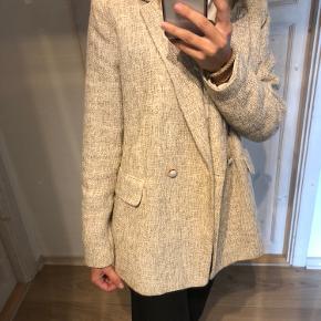 Super fin blazer fra H&M 🤎 Den er i størrelse 40, men jeg bruger normalt selv 34/36 - det er blot for at den ikke sidder stramt og er lidt oversize! Sælges da jeg ikke får den brugt