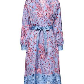 Sælger denne smukke kjole fra Stine goyas nyeste kollektion. Style: Reflection  Farve: Jungle Scene Pink   Denne smukke kjole er udstyret med den klassiske Stine Goya-silhuet, kjole falder smukt og kommer med et vatteret bindebånd i taljen og lange ærmer med knap manchetter.  Nypris: 2800 ,-  Mindstepris : 2100
