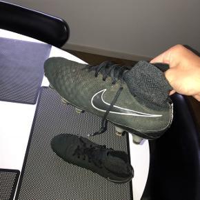 Sort Nike fodboldstøvle med sok. Er gået lidt fra ved snuden (kan limes) Nypris kr. 2.200.