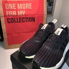 BYD!  adidas NMD R1 Bedwin & the Heartbreakers navy/mørkeblå.   God kondition med få mærker på boost-sålen.  Str. 41 passer op til en lille 42. Mulighed for meet-up i- og omkring Aarhus eller forsendelse +39kr med Postnord.   Nøgleord: Off-white, Nike, Yeezy, Ultraboost,Limited edition.