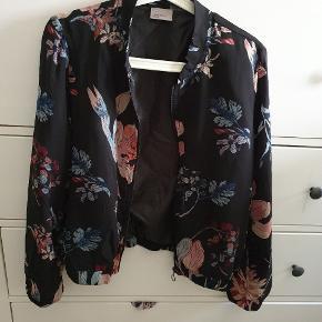 Fed tynd Bomber jakke, kan også bruges som cardigan. Str. M fra Vero Moda. Farver i rosa og blå nuancer. Næsten som ny.  Kan afhentes på Vesterbro i København eller sendes med posten. Køber betaler dog porto 😊