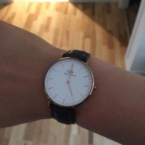 Sælger dette Daniel Wellington ur. Brugt i en mindre periode, men i super god stand. Ur skiven er 36 mm. Der er lidt brugsspor på ur skiven, samt på læderremmen som kan ses på billederne. Batteri fungere normalt ☺️ • nypris 1195 kr.
