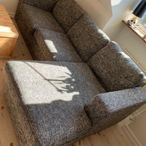 Dejlig blød sofa, sælges med en touch plet jeg ikke kan finde pt.. Afhentes på 4. Sal i Århus C, pris sat derefter BYD gerne:). L: 2,30m B: 84cm B, chaiselong: 1,43m H: 44cm