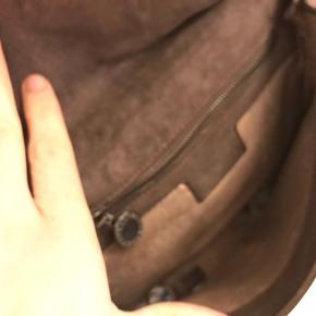 Gråbrun taske med aftagelig kæde.  Ikke ægte Stella Mcartney.
