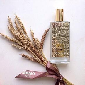 """Nicheduften """"Siwa""""❤️fra MEMO PARIS 75ml/74ml. Købspris 1800kr  Smuk sensuel duft inspireret af den egyptiske oase Siwa. Duften er opbygget af noter af krydret kanelblad, narcissus og delikat sød vanille, der i en dans med whisky, popcorn og musk resulterer i en spændende, elegant duft, der fængsler sanserne og kærtegner huden.  Notes: Oil of cinnamon leaf, oil of Ginger, Freesia, Heliotrope flower, Narcissus absolute, Orris absolute, oil of Incense, oil of Sandalwood, Vanilla absolute"""