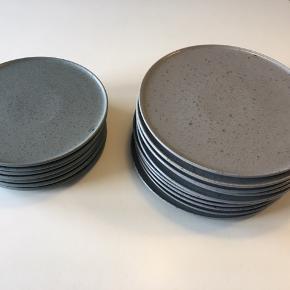 Kähler Ombria tallerkener, brugt få gange. Ingen skader eller andet.   10 stk ø27, skiffergrå, nypris 200 pr stk.  8 stk ø22, granitgrøn, nypris 170 pr stk.   Sendes ikke, men kan afhentes i nørager eller Auning på Djursland, eller Århus i hverdagene. Kan også leveres i Randers nogle dage.