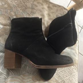 Super flotte støvler med moderat og dejlig bred hæl i sort velouragtig skind. Brugt nogle gange men ikke slidte