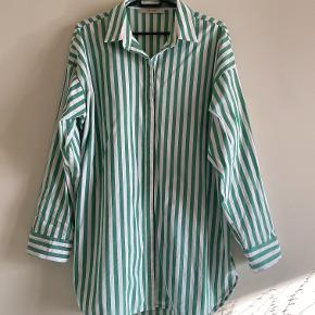Oversize skjorte, stor i størrelse og fit.
