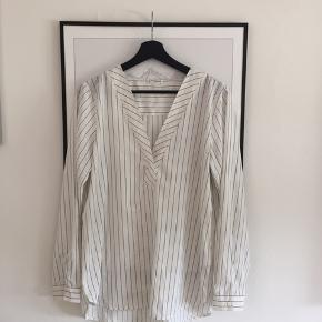Super fin skjorte med striber - den rigtige vej så de slanker 😂  Aldrig brugt! BYD !