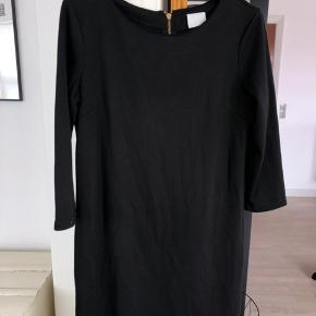 Den klassiske sorte Vila kjole i str. M. Brugt men i god stand.  #30dayssellout