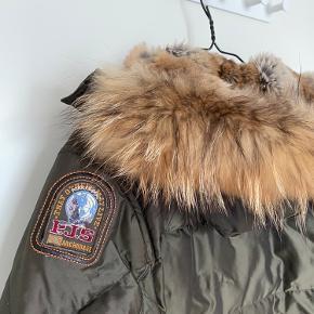 Hej. Jeg sælger min elskede jakke - men har desværre ikke brugt den sidste år og tror heller ikke det bliver i år.   Jeg købte den for 2 år siden og den fremstår som næsten ny. Den er skide god til en kold vinter.   BYD hvis du er interesseret - er villig til at gå ned i pris ☀️  Passes af en L - XL