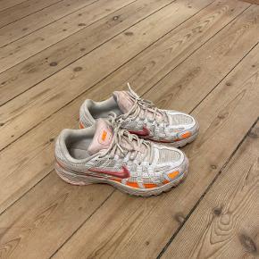 Nike P6000 hvid/pink/orange Købt i år, ikke brugt særlig meget. God stand 🙌🏼 Cm: 25.5