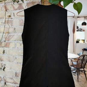 H&M Hennes Collection sort figursyet vest med små lommer og lynlås.  Str. : XS.  Stand: Næsten som ny. Brugt et par gange. Rigtig pæn stand - det eneste er at den sorte farve er skallet lidt af nogle steder på lynlåse. Sælges derfor billigt.  Ny-pris: Ca. 350kr.  Pris: 100kr.  Skal hentes på Nørrebro / mødes på Nørreport ellers kommer forsendelse med DAO oveni.  #30dayssellout