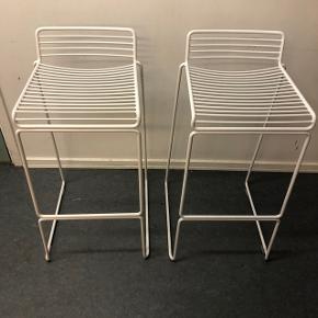 Jeg sælger 2 Hay Hee barstole i hvid. Det er den lave model. Højde: 76 cm.  Den ene er som ny, den anden har få brugsspor.  Prisen er for begge stole :-)
